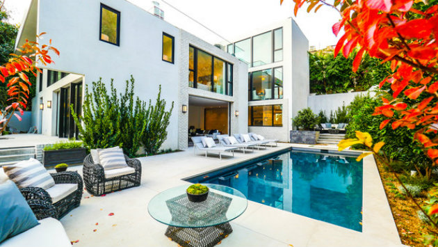emily blunt Emily Blunt and John Krasinski's Hollywood Home emily blunt and john krasinskis hollywood home