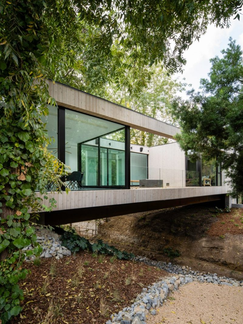 minimalist home Discover A Minimalist Home Over A Natural Stream In LA Discover A Minimalist Home Over A Natural Stream In LA e1576491944199